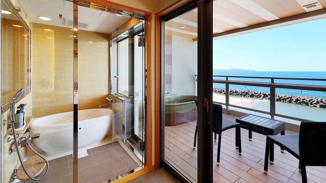 スタンダードルーム和洋室のビューバス部分。奥にはテラス。テラスには温泉露天風呂