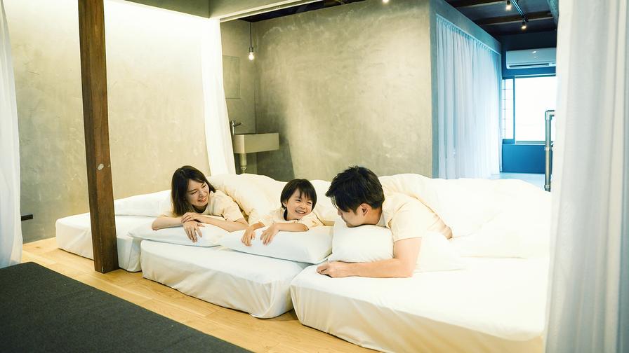 家族みんなで川の字になって眠れる、広々としたベッドスペース