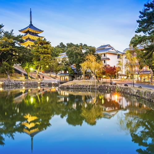 奈良公園内にある周囲360メートルの池。五重塔と柳が美しく水面に映される。