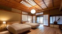 【スタンダード・104】板張りの床と檜風呂を誂えた温もりある一室。身も心もリラックスいただけます。