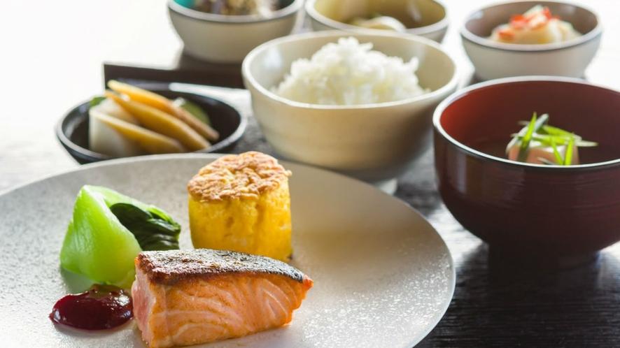 【朝食】新鮮な地元食材をつかった栄養たっぷりの和朝食。朝は胃に優しい朝食をご用意しております。