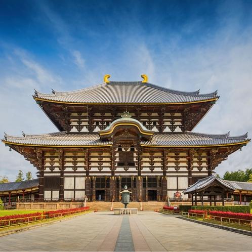 境内には「奈良の大仏さま」として名高い盧舎那仏坐像が安置されている