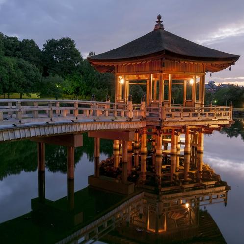 鷺池に浮かぶ六角形の浮見堂は、奈良の水辺の風景として大人気です。