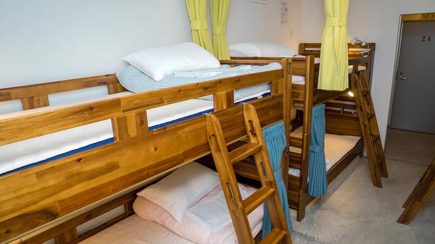 ・<ドミトリー二段ベッド>寝るには充分の広さです