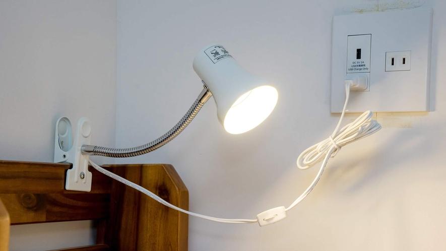 ・枕元にはライトと電源プラグ手元だけ明るくできるのが便利です