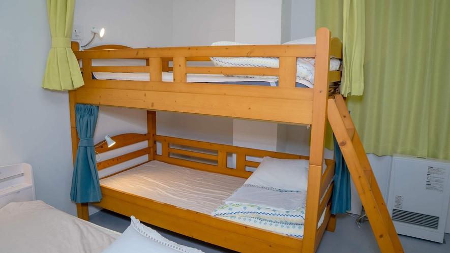 ・<一室貸切ファミリールーム>二段ベッドにはそれぞれライトがあります