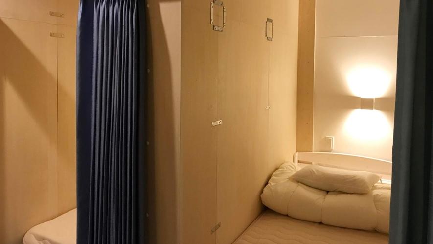 ・<男女共有ドミトリー個室タイプ>壁とカーテンで仕切られてます
