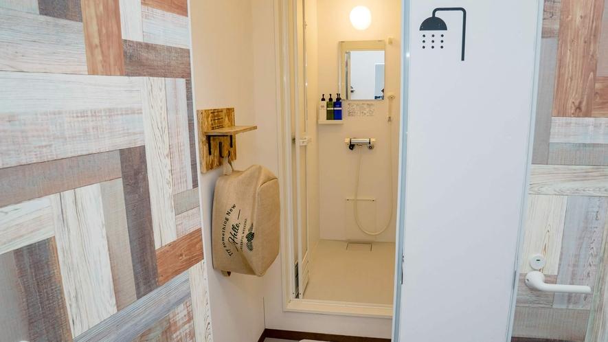 ・シャワー室には、少し狭いが脱衣スペースもあります