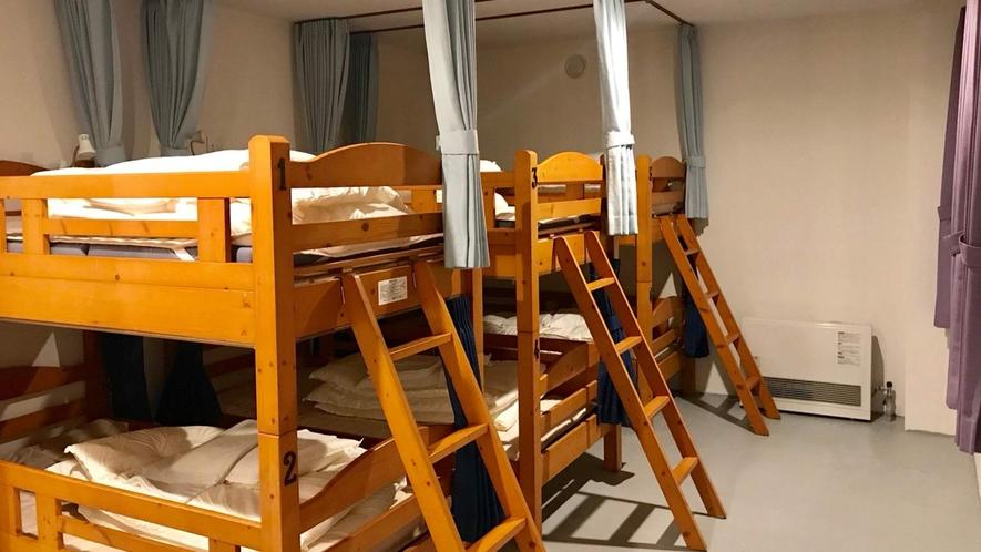 ・<ドミトリー二段ベッド>それぞれにカーテンが付いてます