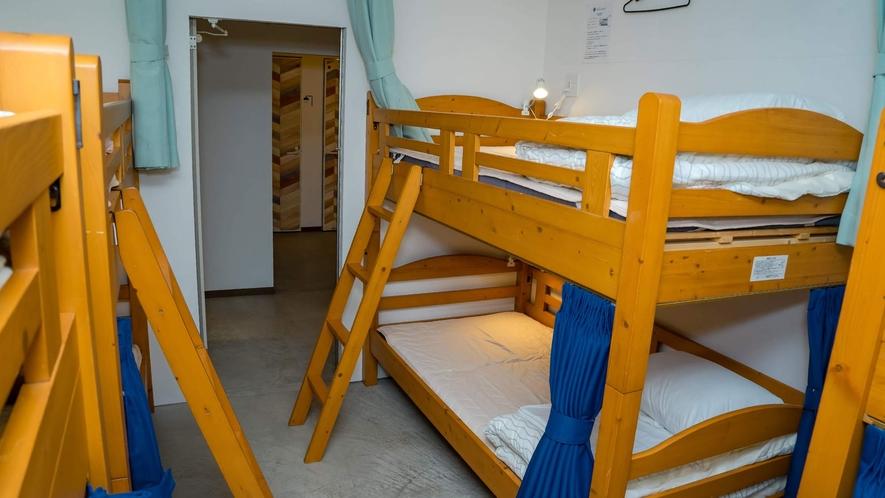 ・<ドミトリー二段ベッド>トイレへも行きやすい配置です