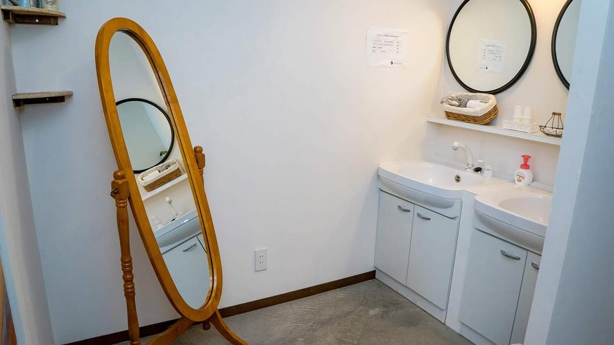 ・ドライヤー無料。洗面台には大きな鏡もあります