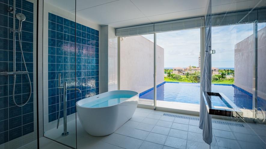 【ヒルサイド】プールヴィラスイート2F 海を望むことができるバスルームです