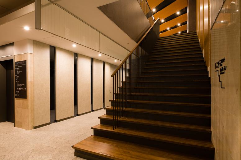 入口をくぐると広々とした吹き抜け階段