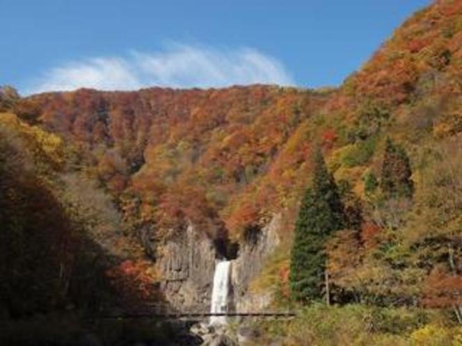 落差55mある妙高 苗名滝