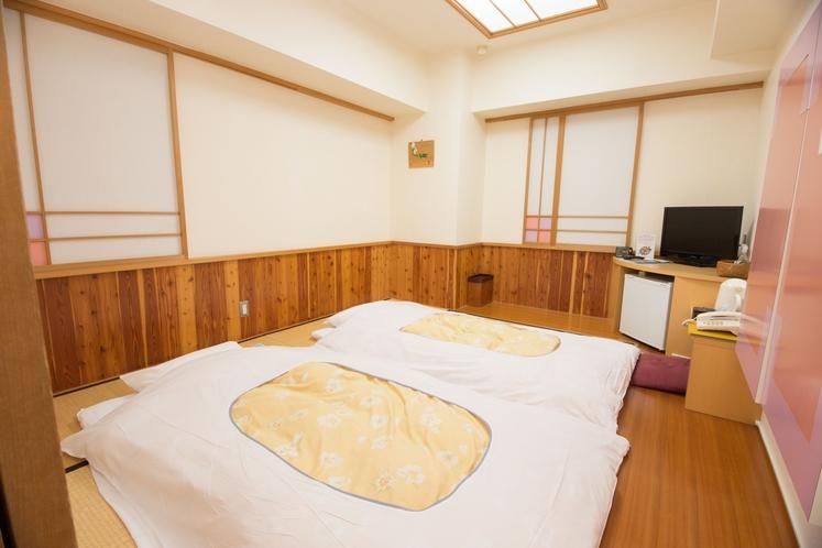 <和室>6畳の和室です。畳の上の布団で足を伸ばしてください。