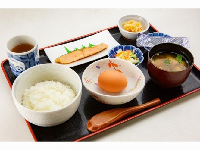 ご朝食(大きな鮭がついた卵かけごはんセット)
