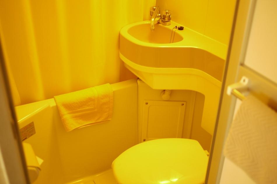 バスルームです。歯ブラシ、シャンプー、髭剃り等も備え付けております。ボディスポンジは1階フロントまで