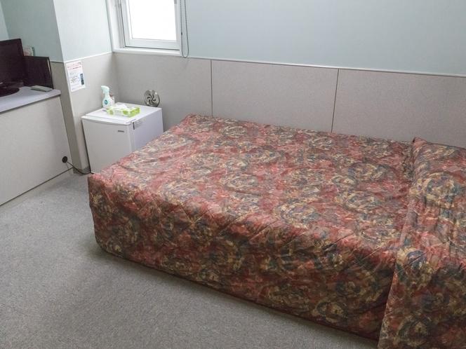 シングルルーム(大和・武蔵)。ゆったりセミダブルベッドで快適。