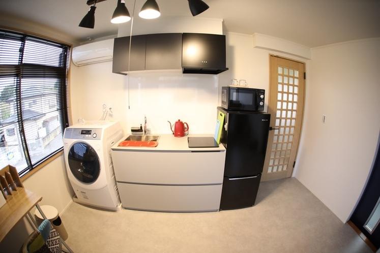 キッチンの横にはドラム式洗濯機があります
