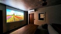 ・最上階スイート/ホームプロジェクターで映画鑑賞や旅行中の写真などをお楽しみください