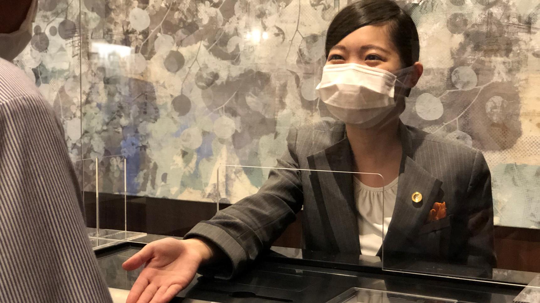 従業員はマスクを着用して接客いたします