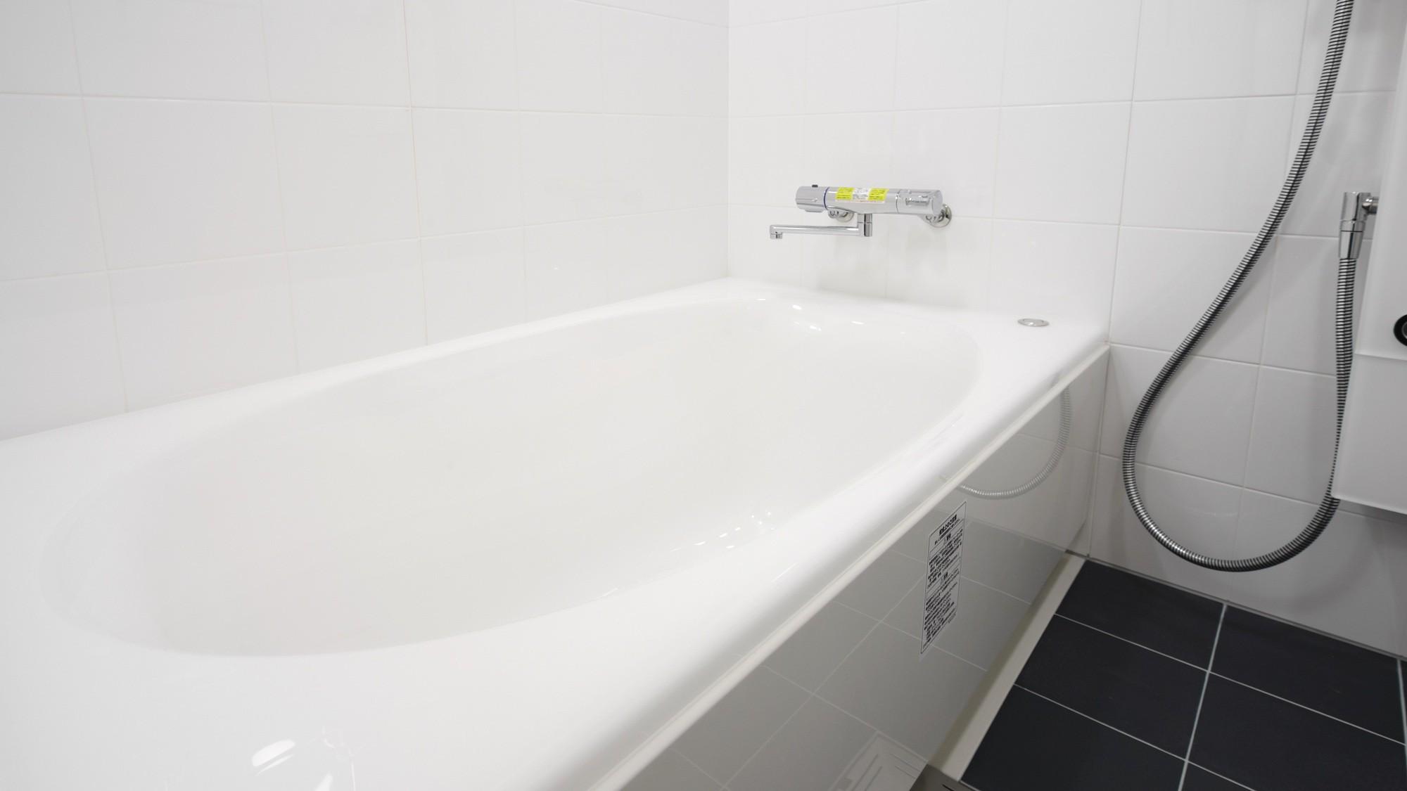 ツインルームのかけ流しのできるバスルーム。