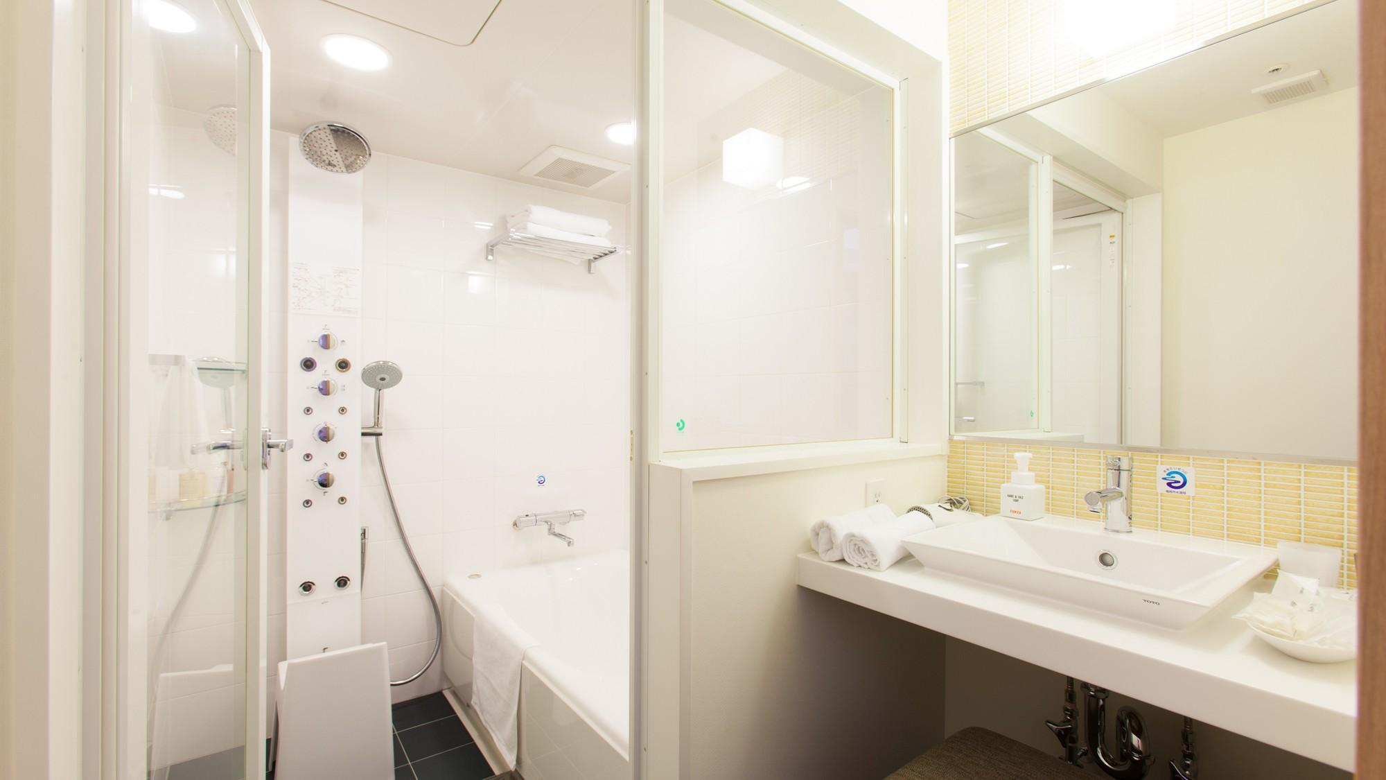 ツインルームのバスルームと洗面所、トイレはセパレートタイプ。多機能シャワーパネルをお楽しみください。