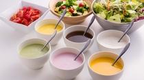 毎日手作り!生野菜をおろしてつくる「野菜ドレッシング」!毎日日替わりでご提供です。