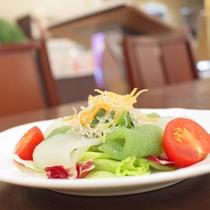 サラダバーにて県産野菜などをご用意しております。