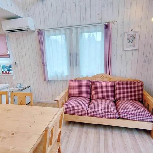 リビングルームの3人掛けソファ