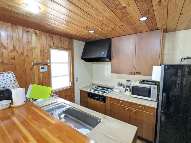 キッチンには基本的な調味料や食器、調理器具を完備。ご自由にお使いいただけます。