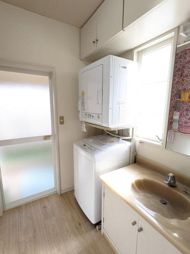 洗面所には洗濯機・乾燥機があるので長期滞在や大人数でも安心です。