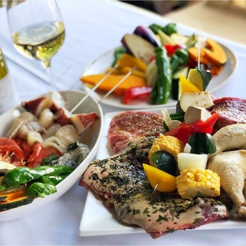 地元の人気シェフが仕込んだ「4種の肉。旬の野菜と魚介のBBQセット」