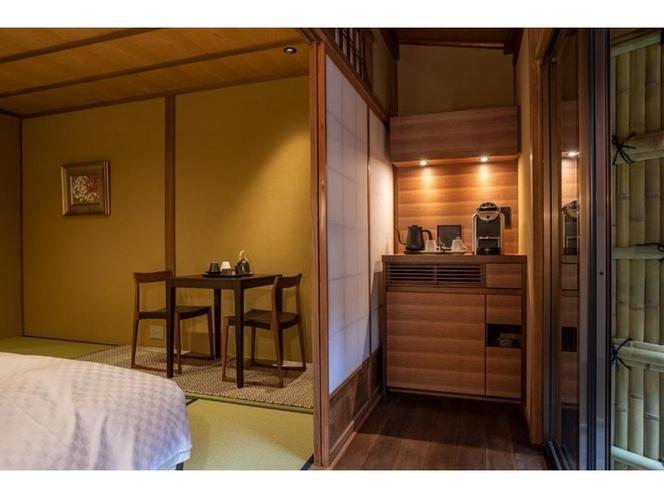 <101号室>広縁にはミニバーをご用意。コーヒーマシンなどをご用意しております