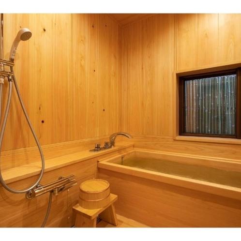 <102号室>檜のお風呂に浸かりながらお庭を眺めることができます。