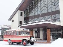 【冬季限定ボンネットバス】当館~松川温泉を結ぶバスは車高が高く、雪道でも問題なく走行可能です。
