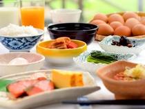 【朝食】品数豊富なメニューで朝から大満足!雄大な景色を楽しみながらお召し上がりください。