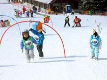 【スキッズ・キャンプ】パノラマスキー場で開催している、3歳から小学生までを対象としたスキーレッスン。