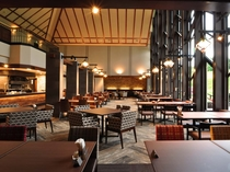 【レストラン】窓からは雄大な大自然が広がる開放的な空間