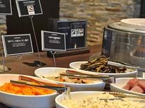 【夕食ブッフェ】新鮮野菜を使った豊富なメニューが並びます。