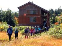 【三ツ石山荘】周辺には箱庭のような湿原が広がります。