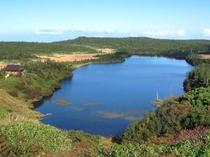 【八幡沼】透き通るように澄んだ沼が新緑と青空を映し出します。