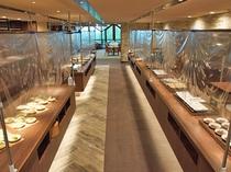 ■料理レーンには飛沫感染防止シートを設置