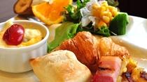 【朝食】地元食材をたっぶり使用した朝食をお楽しみください(一例)