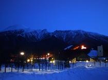 【冬夜全景】真っ白なゲレンデは、日が落ちた後も美しい情景を見せてくれます。
