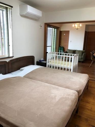 寝室はセミダブル2台です。敷布団2組ございますので、リビングに敷く事が出来ます。ベッドルームと...