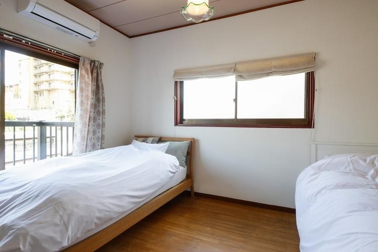 寝室2(シングルベッド&ダブルソファベッド)