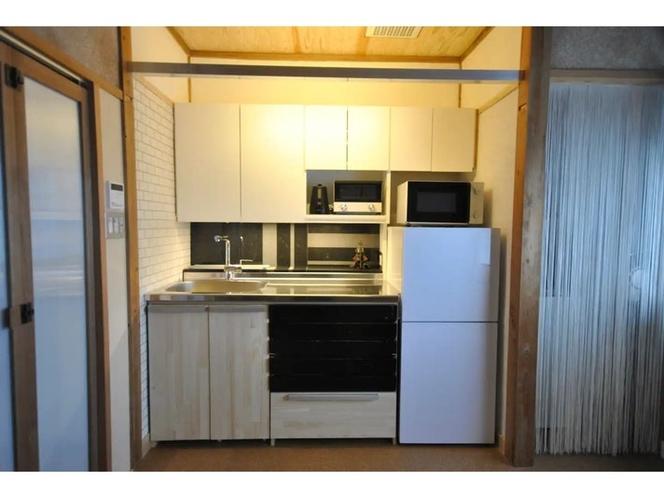 横幅1.35mのコンパクトなキッチンに冷蔵庫、電子レンジ、トースター、電気ポットを備えました。...