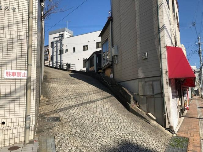坂のまち長崎で一番の勾配(30度)といわれる「きゃあまぐる坂」もすぐソコです。「きゃあまぐる」...
