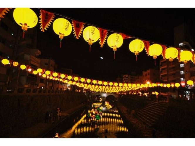 ランタンフェスティバル期間中の眼鏡橋会場は、黄色いランタンが鮮やかです。